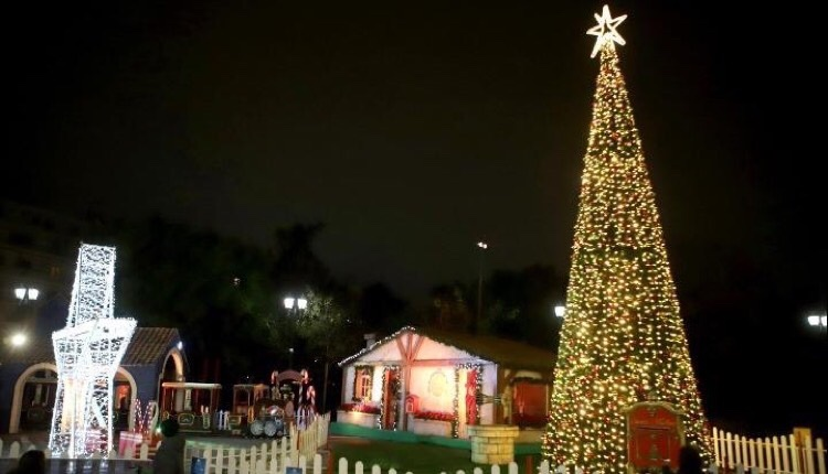 φωταγωγήθηκε χριστουγεννιάτικο δέντρο περιφέρειας