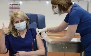 εμβολιάστηκε πρώτη Ελληνίδα